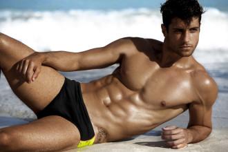 uomo spiaggia