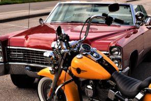 Vecchie Cadillac su strade lunghe e desolate in mezzo al nulla